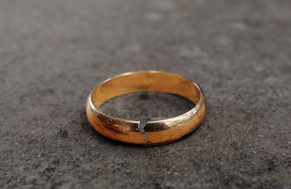 Dream of a broken ring