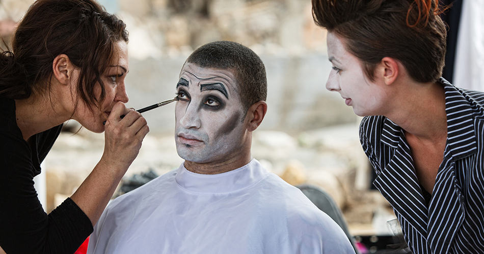 Dream of putting on clown makeup